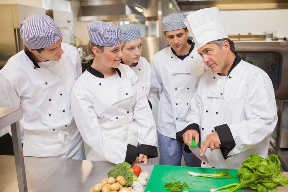 Επιλέγοντας επαγγελματικά μαχαίρια: οδηγός για σπουδαστές μαγειρικής