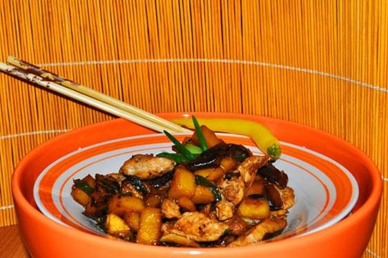 Μαγειρεύοντας σε wok: stir frying γλυκόξινο κοτόπουλο με μάνγκο