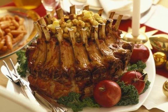 Ένα εορταστικό πιάτο - έκπληξη: Χοιρινή κορώνα με γέμιση!