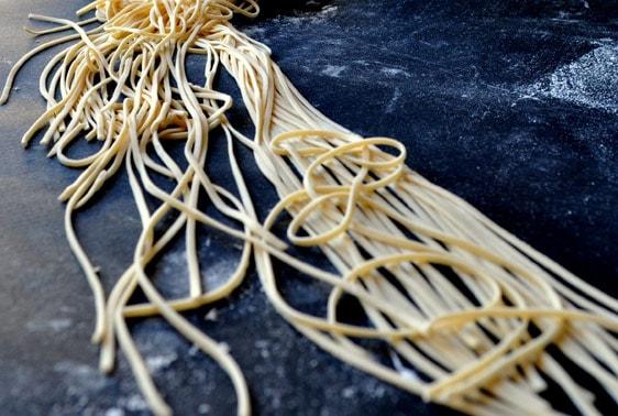 Πώς να φτιάξετε φρέσκα, λαχταριστά ζυμαρικά με τις δικές σας πρώτες ύλες